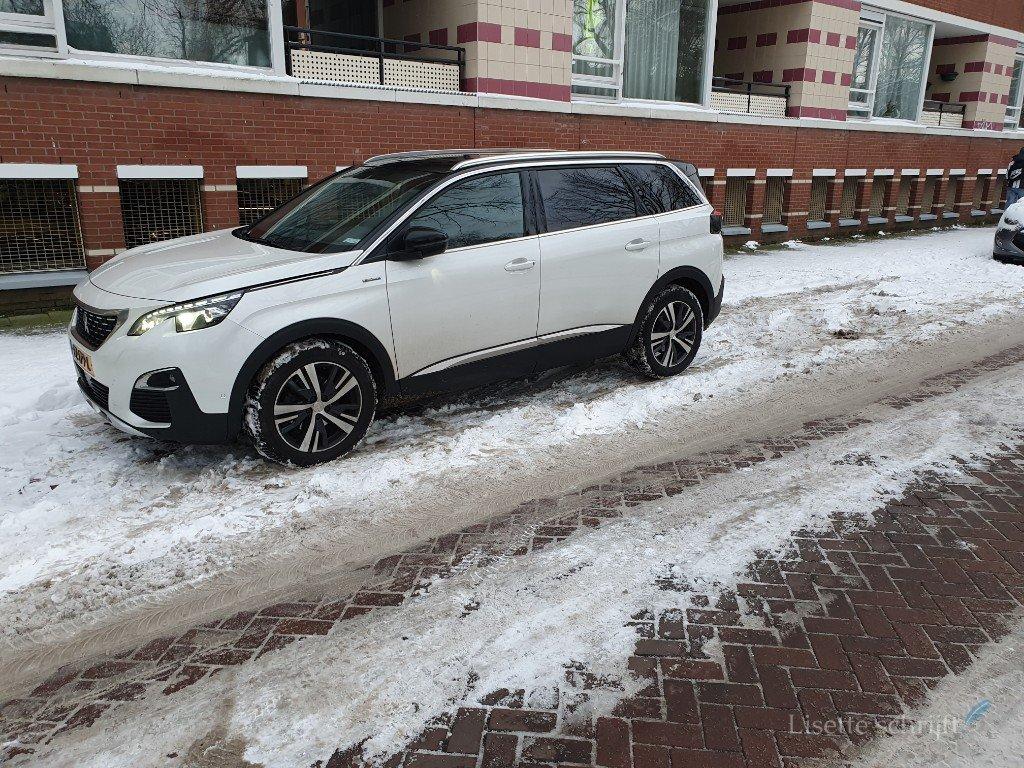 auto parkeren met sneeuw