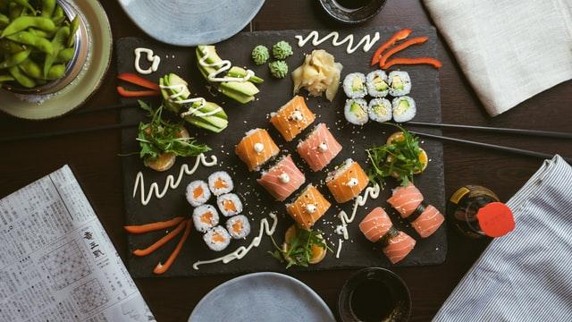 sushi op een bord uit eten in Eindhoven