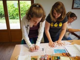Lisa und Marie-Sophie beim Schnittübertragen