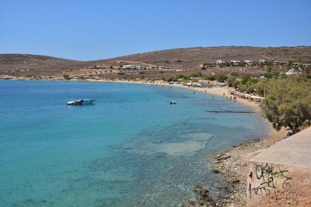 L'ampia baia di Parasporos e il Beach Bar