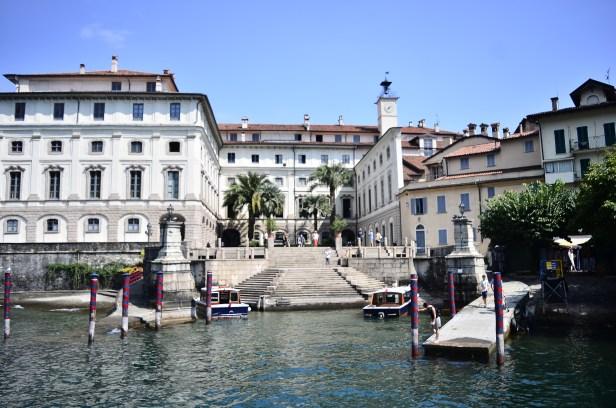Il Palazzo Borromeo visto dal porticciolo