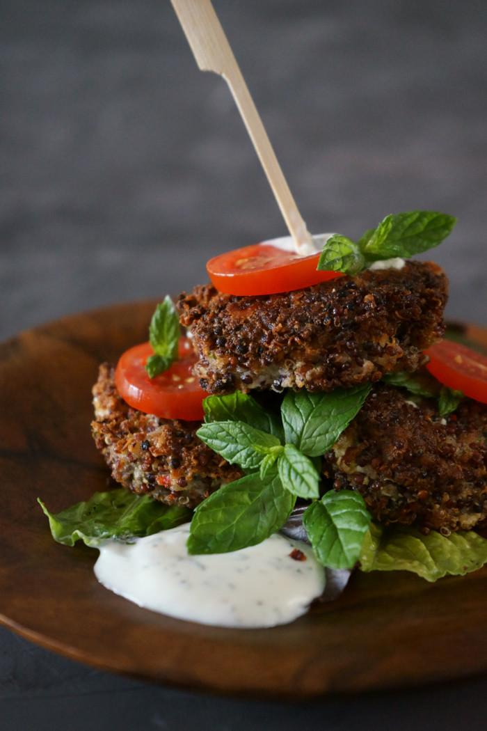 Quinoa-Zucchini Burger mit Joghurt Minze Dip