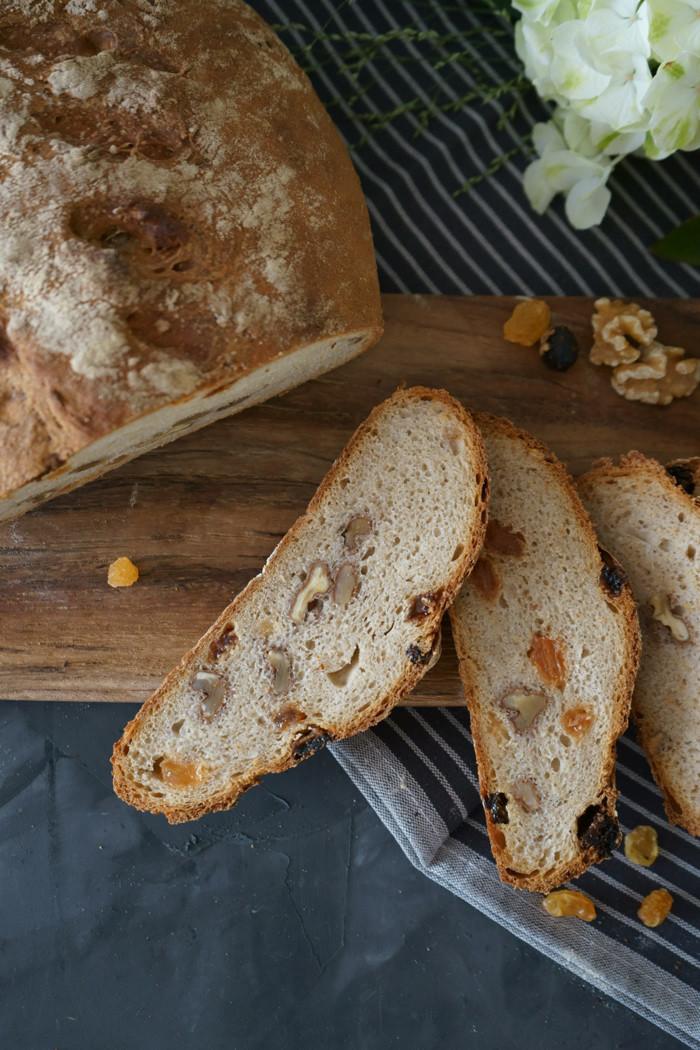 Dinkel – Sauerteig Brot mit Wallnüssen und gelben Rosinen