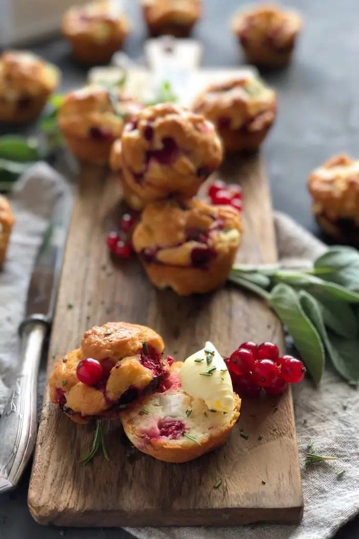 Herzhafte Muffins mit Johannisbeeren, Fetakäse und Rosmarin