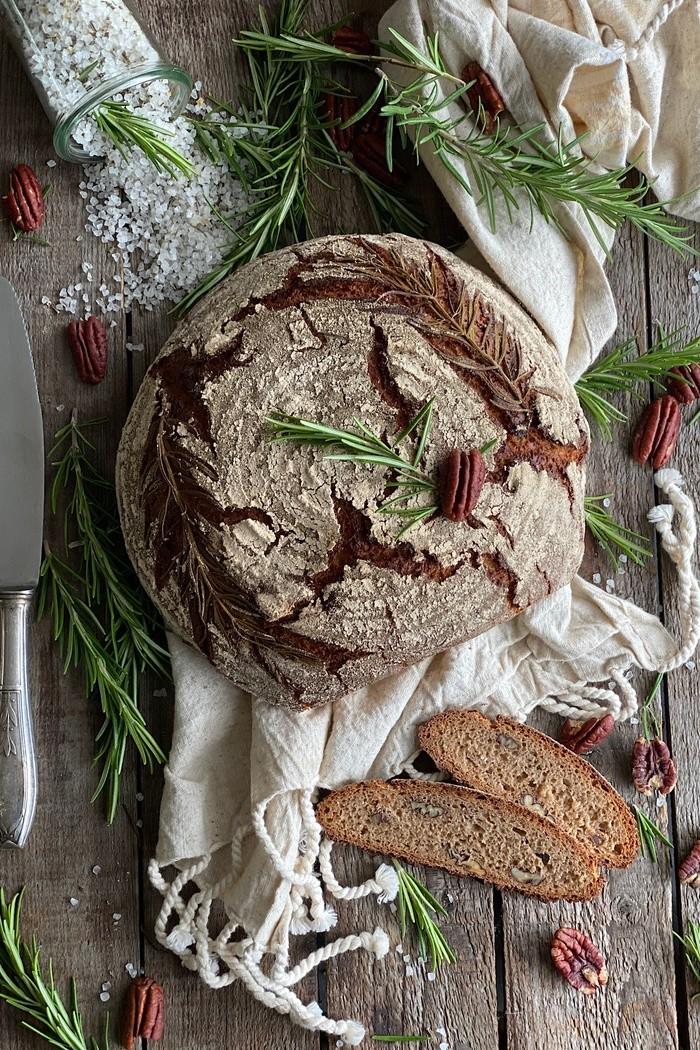 Rosmarinbrot mit Pekannüssen – knusprig & kräftig im Geschmack