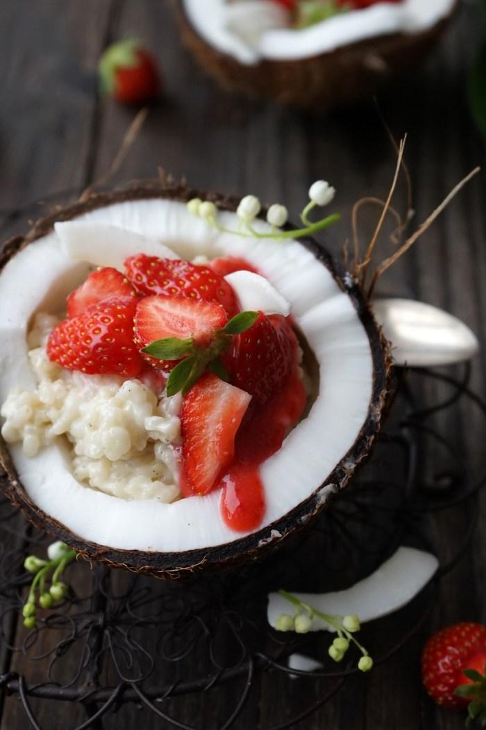 Kokosmilch Reis mit frischen Erdbeeren in der Kokosnuss