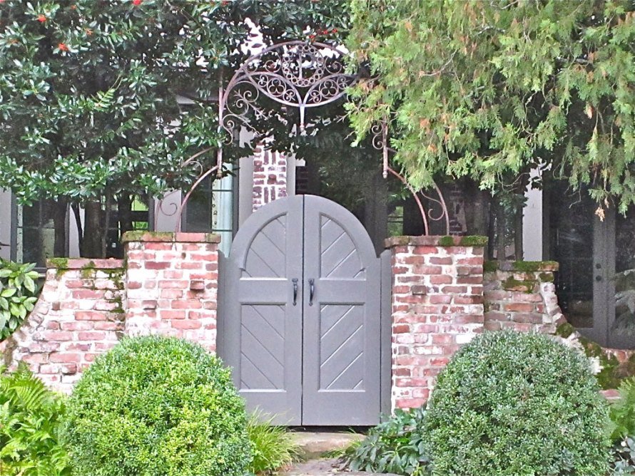iron entry gate with boxwood ans brick