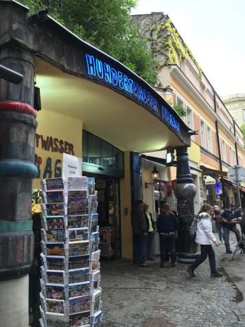 Rua em frente ao Hundertwasserhaus