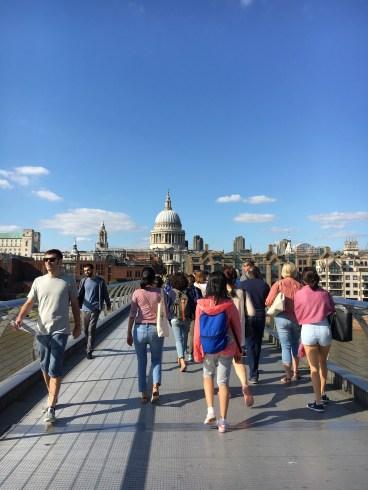 Atravessando a Millenium Bridge