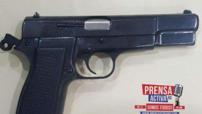 CABRERA: Miembros de la policía apresan a Tres personas al ocupársele una pistola sin ningún tipo de documentos.