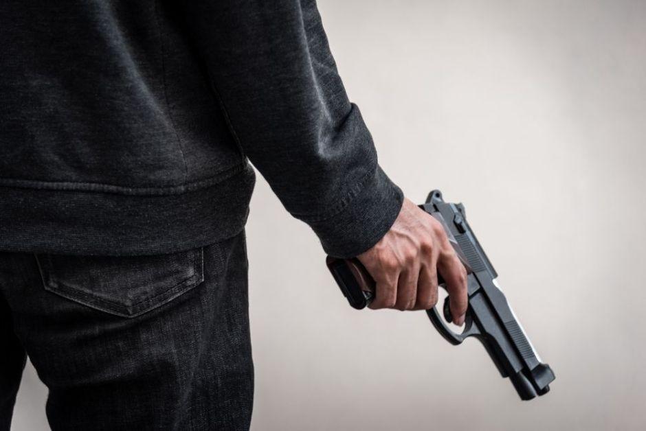 Amigo de policía inmigrante se dispara y muere jugando con su pistola en Nueva York