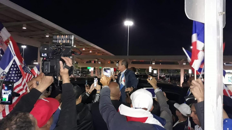 Cientos aclaman a Ramfis Trujillo a su llegada al aeropuerto John F. Kennedy