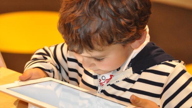Los niños aprenden a leer más rápido con libros electrónicos, según un estudio