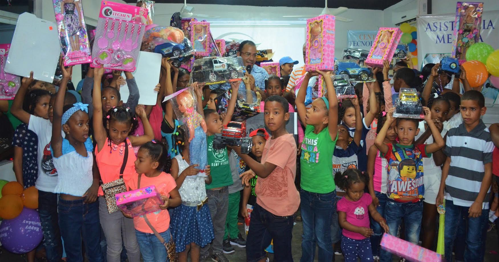 Salvador Holguín hace entrega de juguetes a miles de niños en la provincia Dajabón