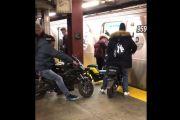 ¡Esto es el colmo! Video muestra a motociclistas subiendo a tren del Subway en Manhattan