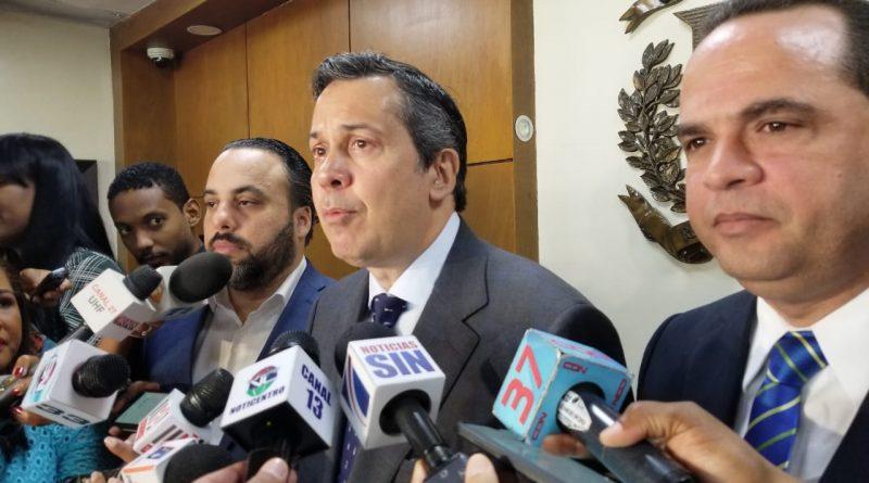 Delegados de distintos partidos políticos presentan alianzas presidenciales y congresuales ante la JCE tras vencer el plazo para el próximo 17 de mayo