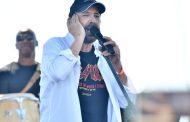 Juan Luis Guerra canta a la patria desde la Plaza de la Bandera.