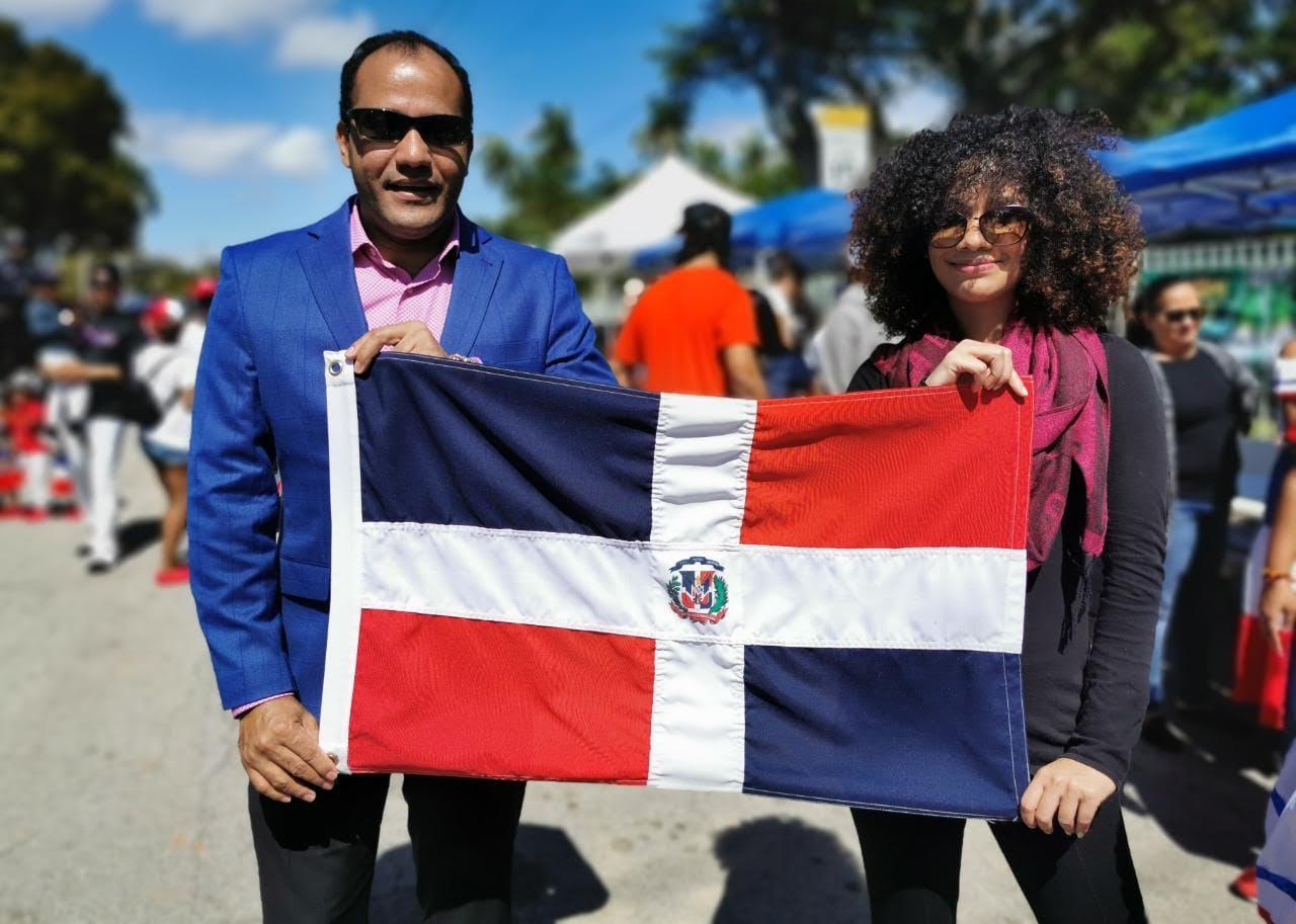 Periodista Salvador Holguín se suma en Miami Florida a las protestas en defensa de la democracia y contra la dictadura morada