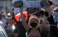 Miles de neoyorquinos protestan por tercer día con incidentes en torre Trump