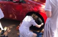 Un colegio australiano enseña a las niñas a cambiar neumáticos «para que no dependan de nadie»