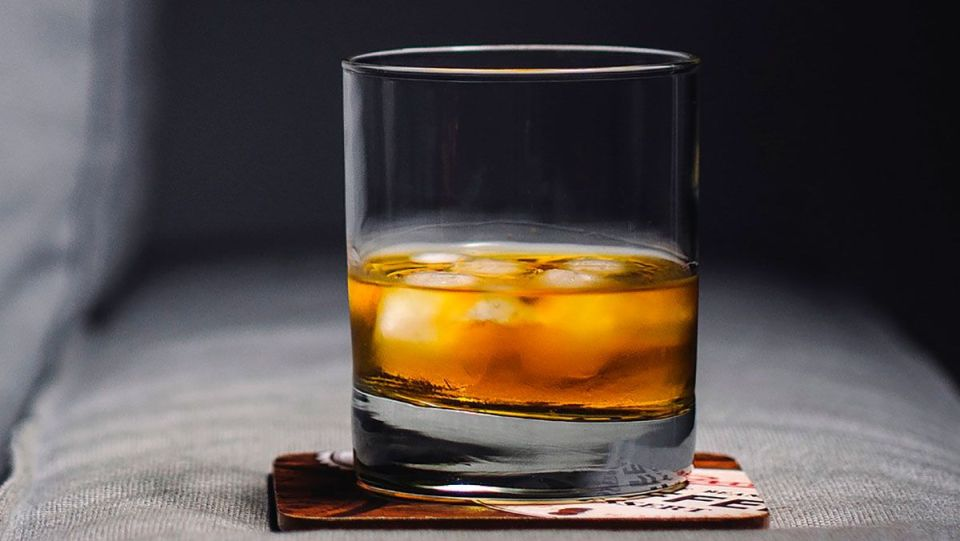 Pareja encontró docenas de botellas de whisky de 105 años ocultas en la pared de su casa en Nueva York