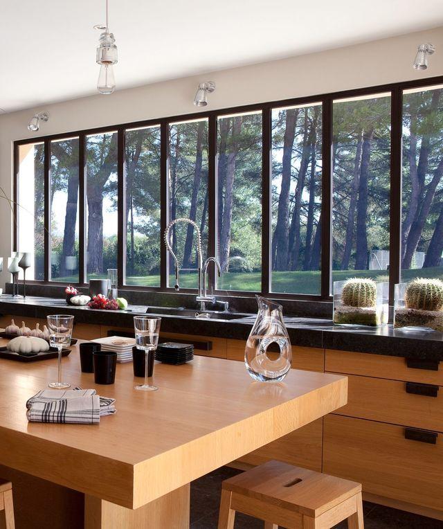 D co salon maison moderne avec grandes fen tres baies for Salon maison moderne