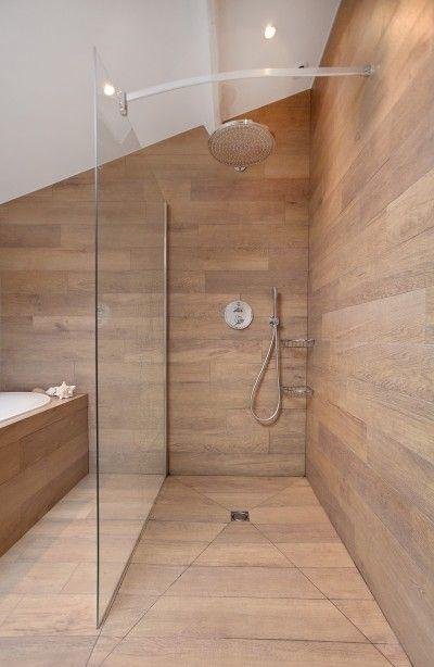 Idée décoration Salle de bain douche enti u00e8rement recouverte de planche en bois avec séparation  # Planche Bois Salle De Bain