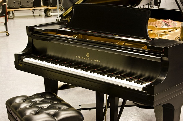 Steinway_&_Sons_Grand_Piano
