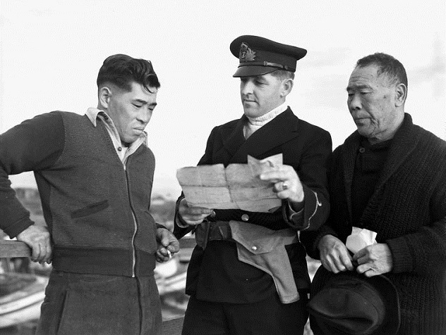 JapaneseCanadian-Confiscating-Boat