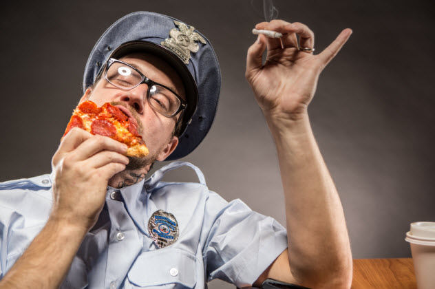 6-deputy-eating-pizza_000022886902_Small