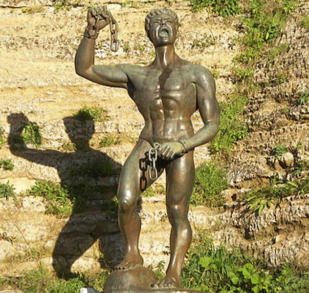 9-eunus-statue