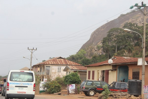 Akoko people occupy the northernmost part of Ondo state that is at the entrot to Abuja from Lagos. In this pic, a public transport apparently en-route Abuja transverse the hilly Epinmi Akoko town