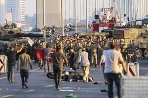 La población enfrentó el intento de golpe militar en Turquía