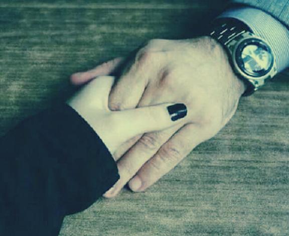25 «لمسة يد» تختصر نصف كلمات الحب: تعبر عن جميع المشاعر - المصري لايت