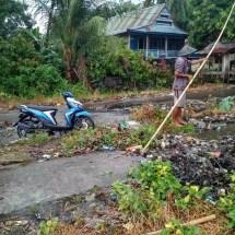 Sampah Numpuk di got, Air meluap genangi Aspal jalan Poros Nipa-Nipa | Ngacak Online