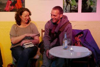 """Birgit Böllinger (""""Sätze&Schätze"""") und S. Wiltschek (Kulturbuchhandlung Jastram) unterhalten sich - beim Literalotto Spezial im Café ANIMO! am 18. Juni 2015 (Foto: J. Eiden)"""
