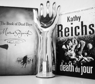 #fallintoreads Day 2: Day of the Dead. Magical realism vs. forensic anthropology, dead books vs dead bodies. #kathyreichs #deathdujour #diadelosmuertos #temperancebrennan #bookstagram ©theliteratigirl