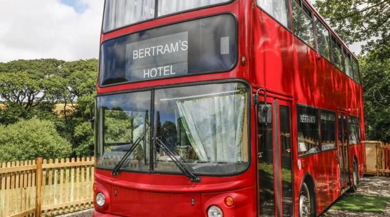 Vem conhecer o hotel-ônibus inspirado em um livro de Agatha Christie!