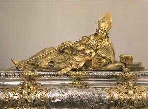 Detailansicht des Engelbertschreins in der Domschatzkammer in Köln. Dargestellt ist Erzbischoff Engelbert