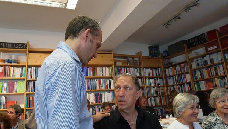 """Samy Wiltschek (Kulturbuchhandlung Jastram, links) und Sprecher Clemens Grothe - """"Erste Seite Spezial"""" am 1. Juli 2014."""
