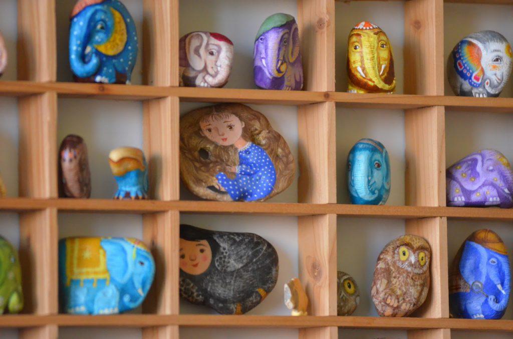 Слоники на морських камінцях, розписані Володимиром Штанком