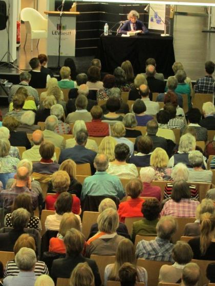 """Vor vollbesetzten Sitzreihen las Ulla Hahn bei der Eröffnungsveranstaltung in der Stadtbibliothek in Wiesdorf aus ihrem neuen Roman """"Spiel der Zeit""""."""