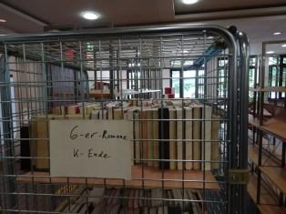 Bücher in Gitterwagen, schön geordnet.