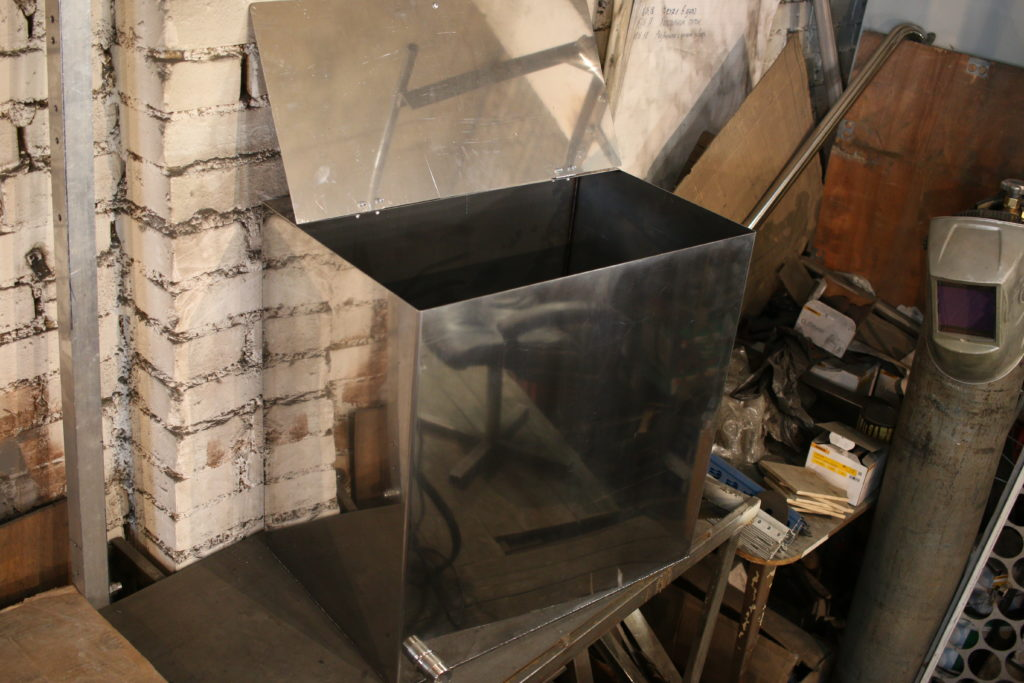 Affaires dans le garage sur réservoirs d'eau