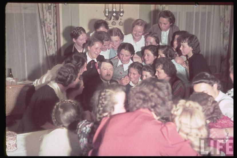 Гитлер в окружении поклонник