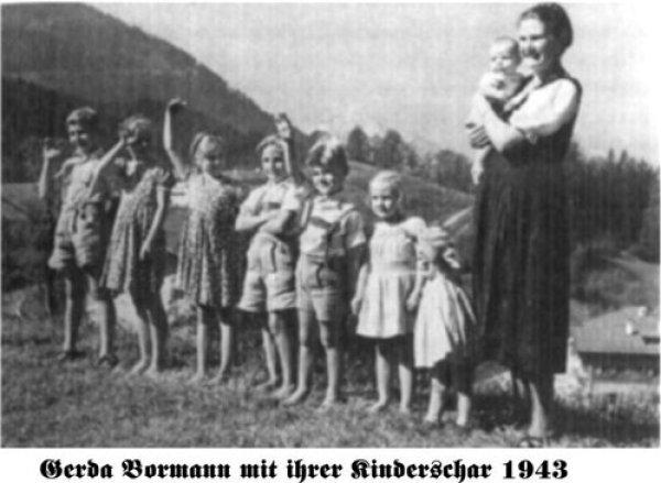 Супруга Мартина Бормана Герда со своими детьми. Это она выдвинула идею полигамного вынужденного брака в интересах государства