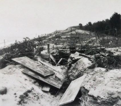 Взорванные польские окопы на побережье близ порта Гроссендорф (Польша)
