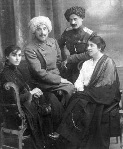 Княжна Нина Чичуа крайняя слева