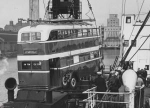 Троллейбус компании English Electric Company при погрузке в порту Великобритании