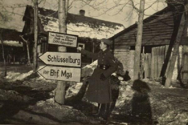 Немецкие солдаты на занятой станции Мга.